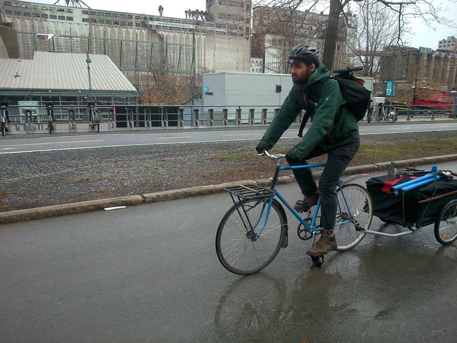 Vélo & cyclisme. Un service de réparation de vélo sur la route à Montréal