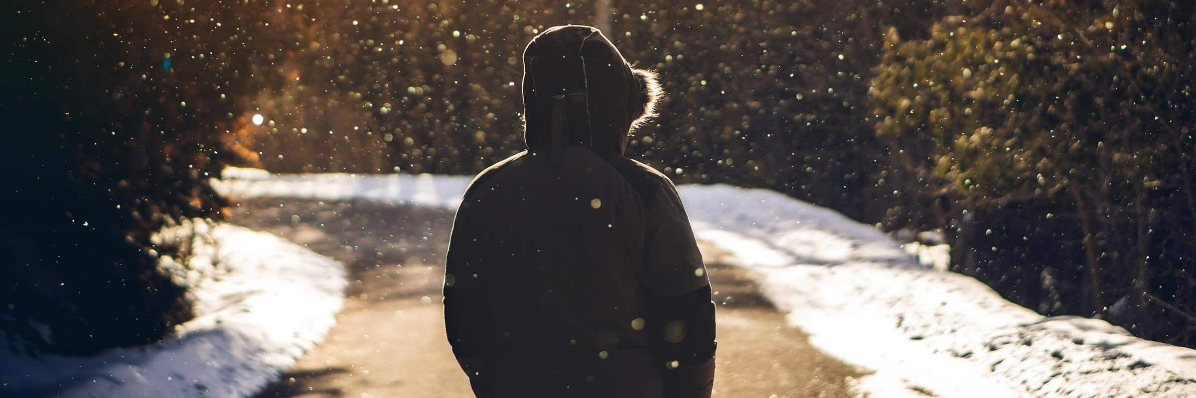 Duvet VS synthétique: bien choisir son manteau urbain