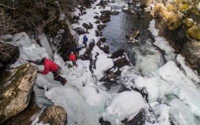 . Première tentative de l'escalade des Monkman Cascades, Colombie-Britannique.