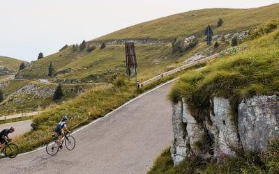 . Voyage au berceau du cyclisme: sur la route des Dolomites avec l'équipe de Castelli.