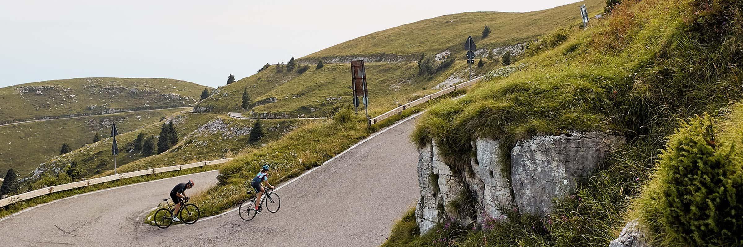 Voyage au berceau du cyclisme: sur la route des Dolomites avec l'équipe de Castelli