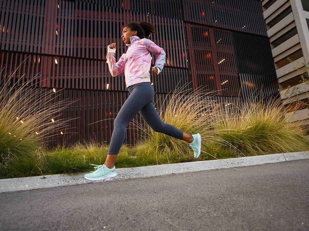 Hoka One One : souliers chaussures de course, à pied, de sentier et d'entrainement.