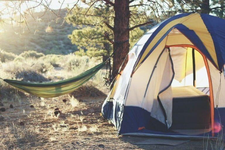 Tente et hamac en camping dehors