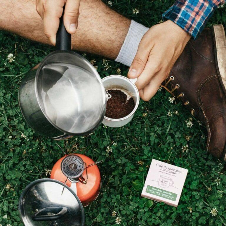 Exemple de café instantané en camping