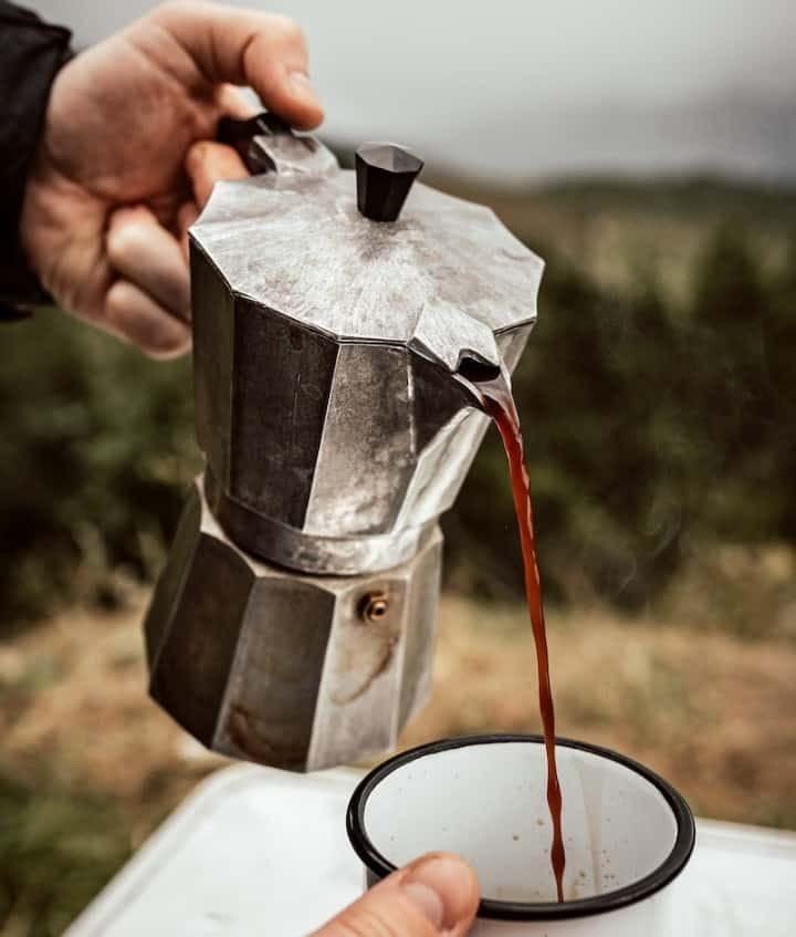 Exemple d'un café fait avec une cafetière moka en camping